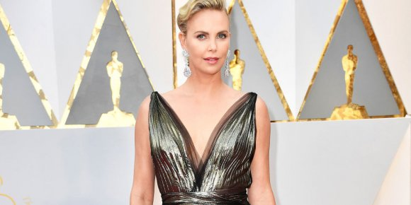 VIDEO | Para no creerlo: así censuró la TV iraní el escote de Charlize Theron en la transmisión de los Oscar