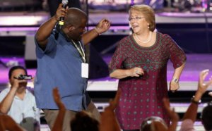 VIDEO | Presidenta Bachelet se luce bailando una canción de Bee Gees en video que ya es viral